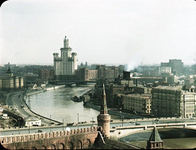 1951 Строительство высотки на Котельнической. В. Микоша.jpg