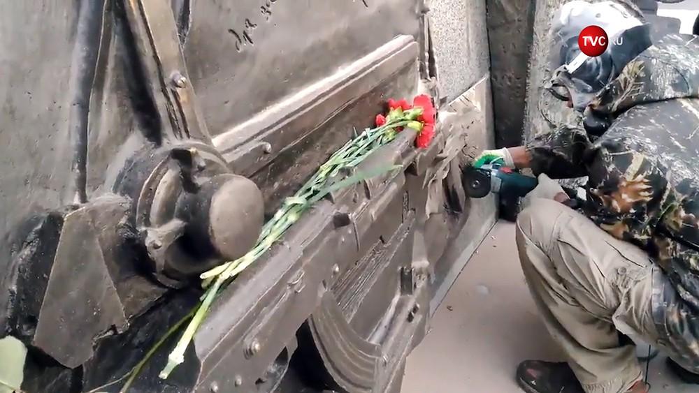20170922-С памятника Калашникову срезали чертеж немецкого автомата