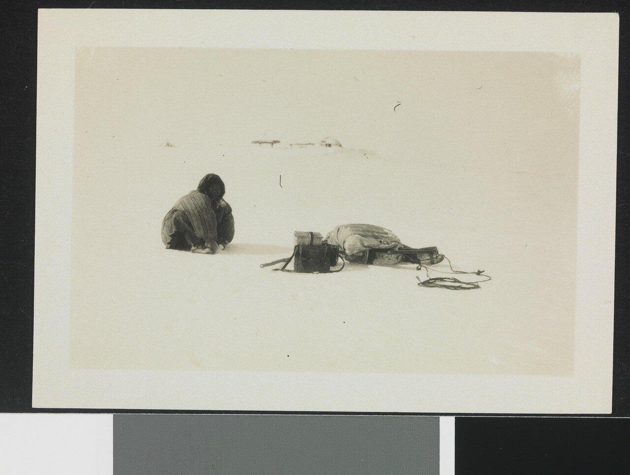 """NPRA2119. Ved Pidljakai viste en gammel kone """"Maud""""s besetning hvor Nordenskiöld gjorde observasjonene sine"""