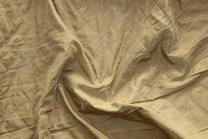 Ит1012 ост.1,60м  450руб-м Легкая курточная ткань стеганая на синтепоне ,цвет светлый беж,ткань приятная,мягкая,не толстая,пластичная,для легких курток,пальто,жакетов,бомберов,для подкладки,шир.1,53м ,пэ 100%