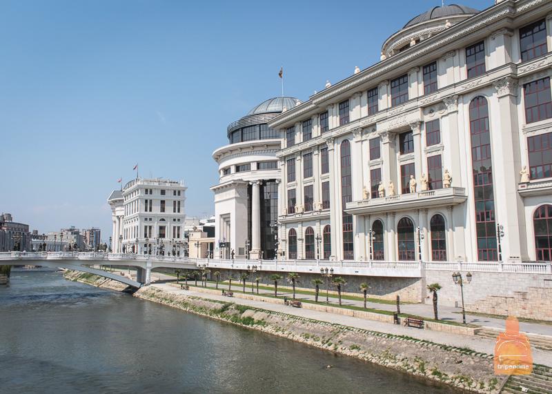 Река Вардар разделяет Скопье на две части