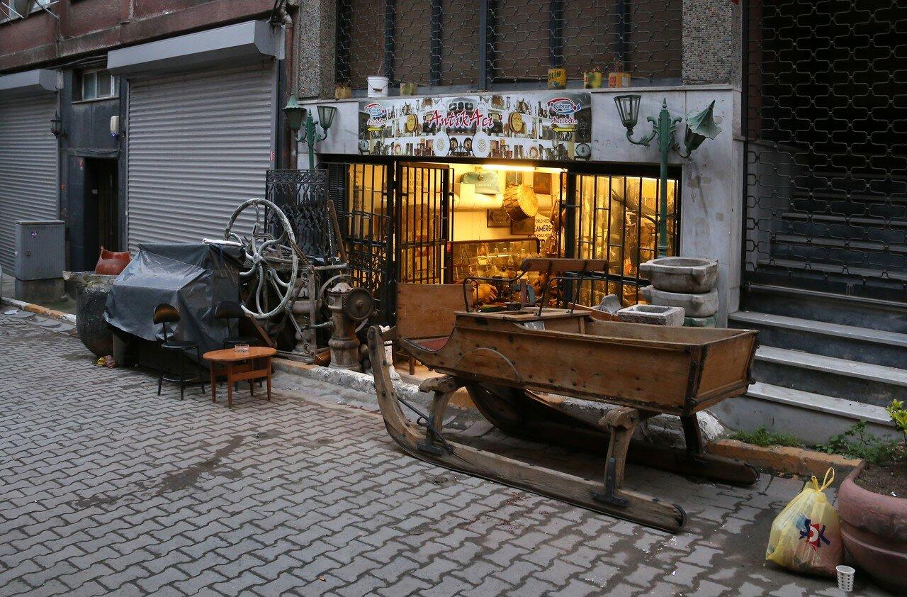 Istanbul, Beyoglu.  Antiquary Street ukur Cuma Caddesi