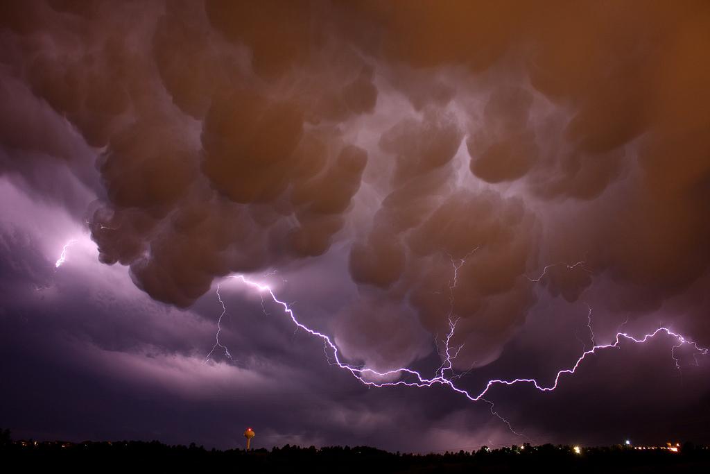 Тем не менее, появление на небе Mammatus говорит о том, что самая мощная и опасная часть грозы