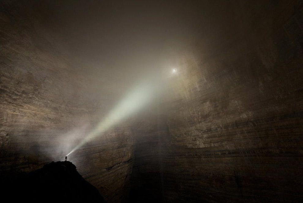 Система пещер Эр Ван Дон в Китае — Затерянный мир на Земле. Слева внизу —три человека.