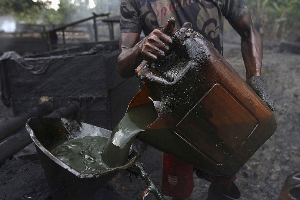 Разлитые нефтяные лужи у незаконного завода, 27 ноября 2012. (Фото Akintunde Akinleye | Reute