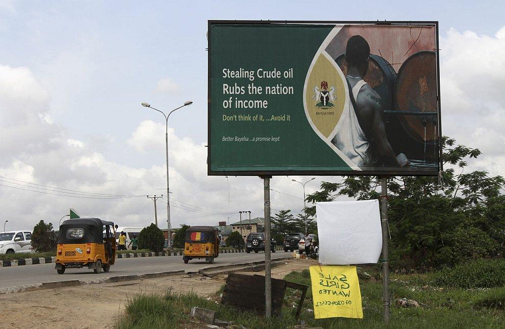 Полицейские безуспешно пытаются бороться с воровством «черного золота» около Лагоса — города
