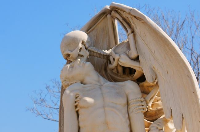 © Ferran Pestana/flickr     «Поцелуй смерти»— скульптура, установленная намогиле молодо