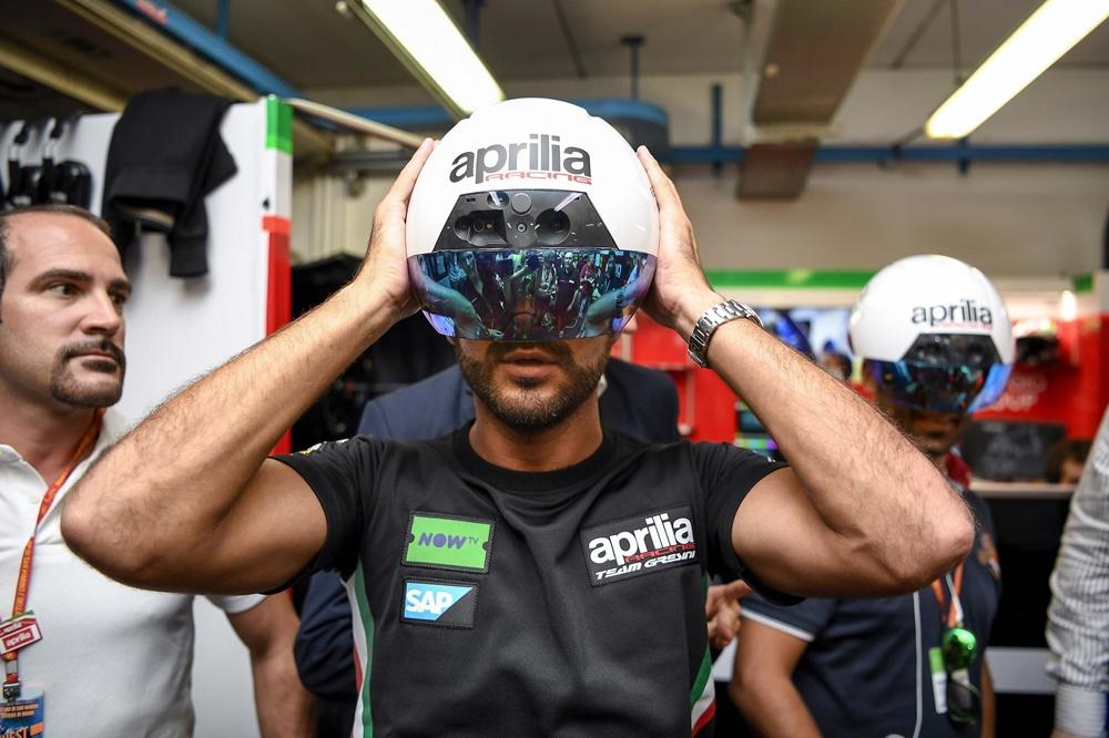 Aprilia представила шлем дополнительный реальности для механиков в MotoGP