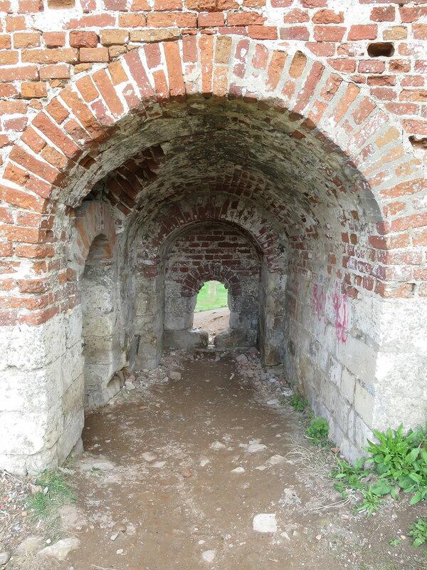 Бойница подошвенного боя, слева ход на стену (около башни Орел)