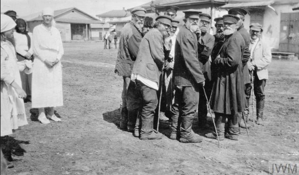 Группа пожилых мужчин разговаривает друг с другом в Царицыне в августе 1919