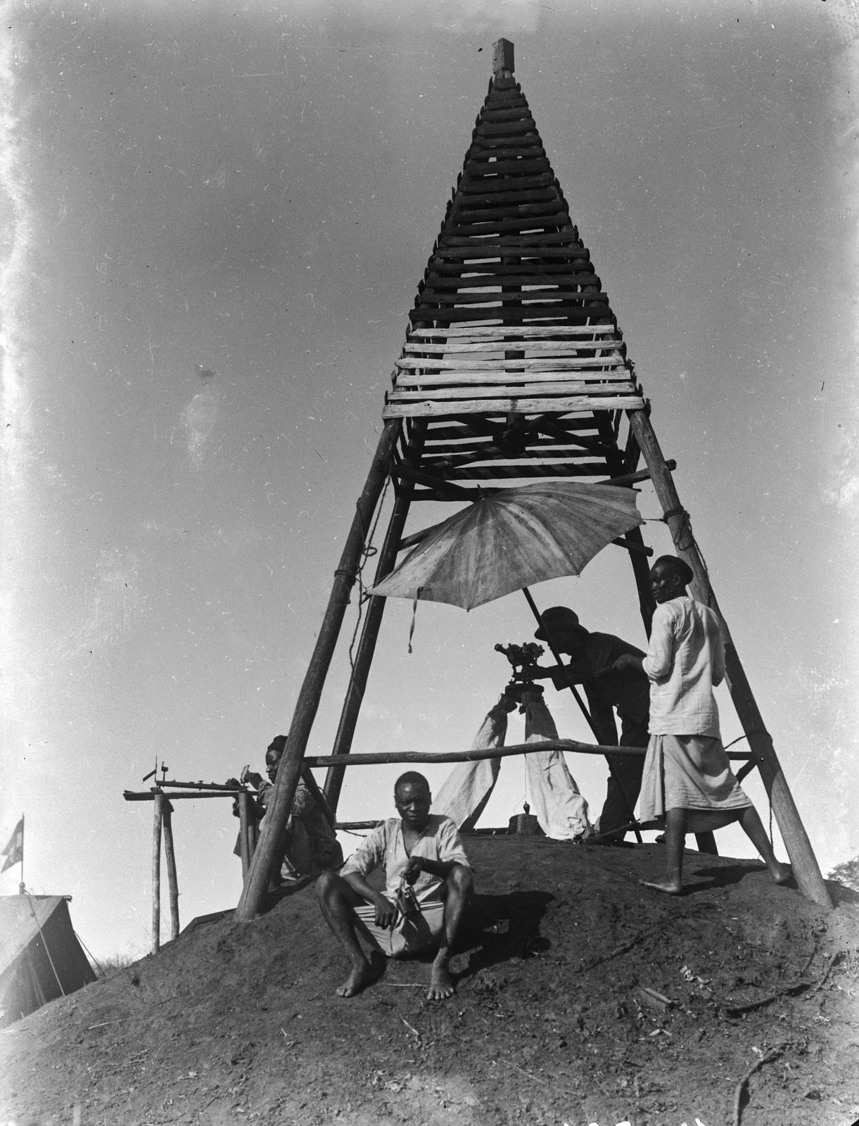 41. Бамба. Инспектор, работающий с измерительным прибором под пирамидальной деревянной конструкцией