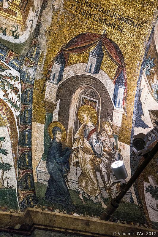 Иосиф, выходящий из Храма вместе с Марией и ведущий ее в свой дом. Мозаики и фрески монастыря Хора.