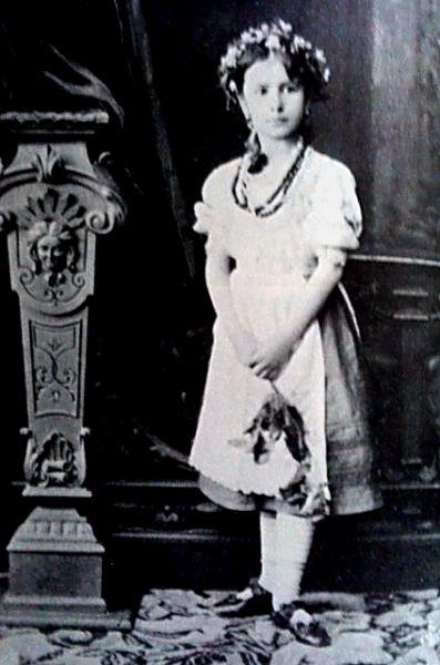 4 Юная Малечка… и стойка у нее на этом фото уже балетная 1880.jpg