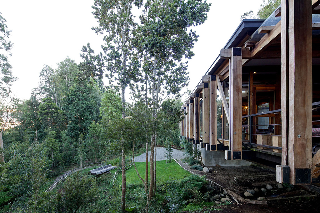 chilean-house-elevated-above-a-stream-11.jpg