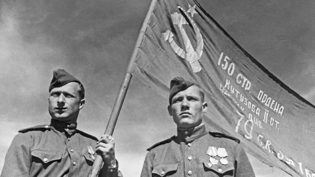 32-Разверчики 756 полка 150-й сд Егоров и Кантария со Знаменем Победы. Берлин. 05.45.jpg