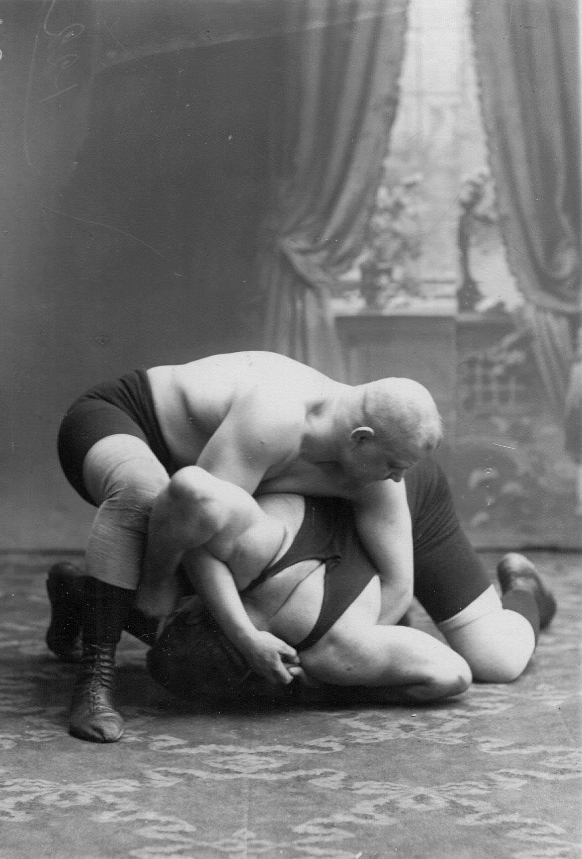 Момент французской борьбы; сверху борец А.Аберг