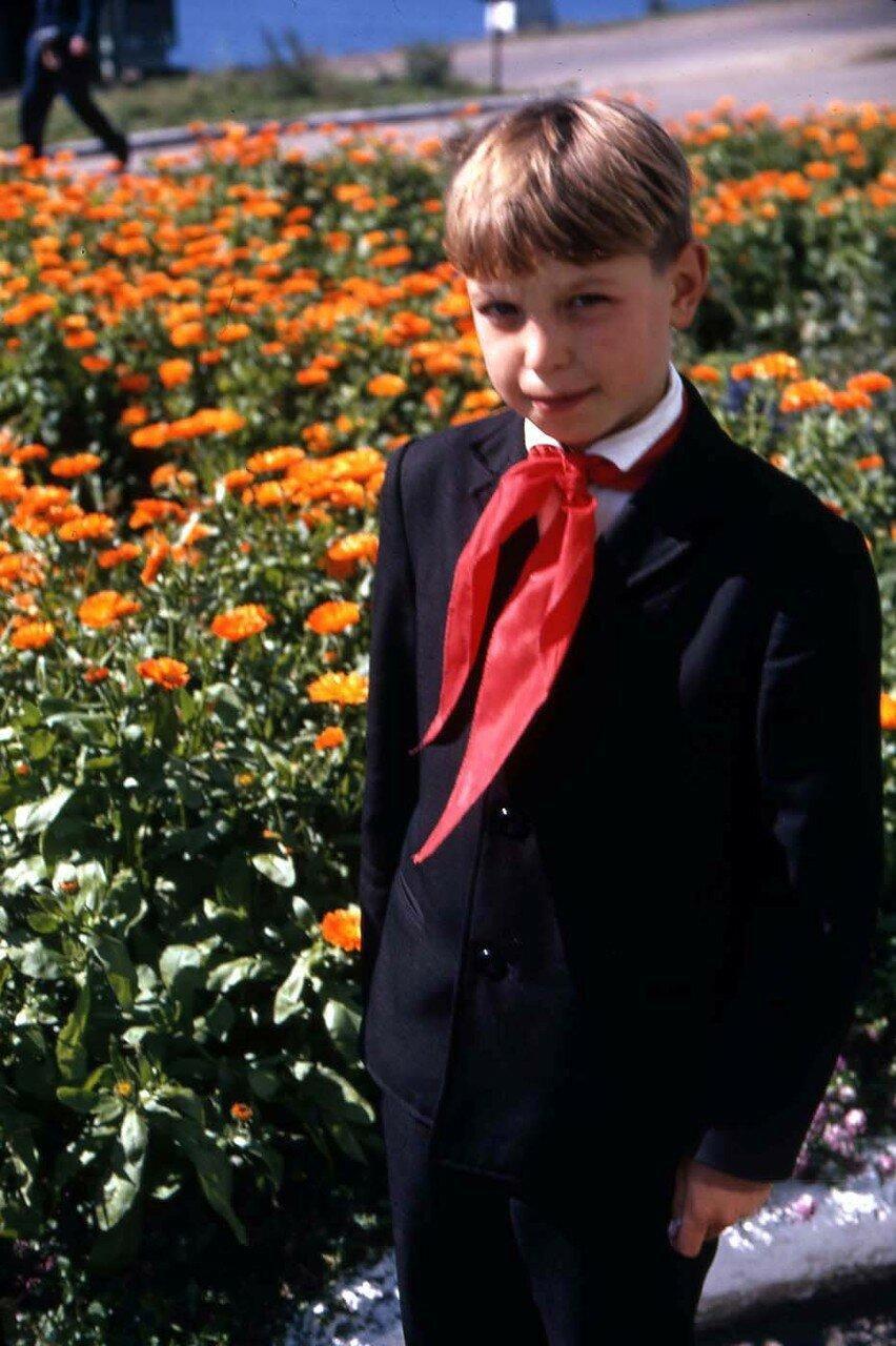 19. Русский мальчик. Цветы по-прежнему цветут несмотря на  сентябрь