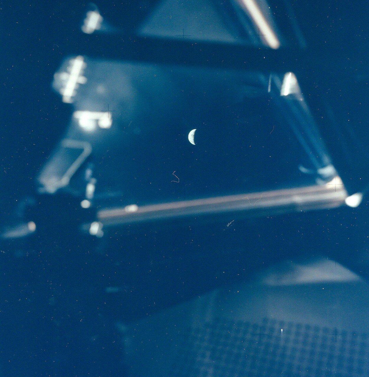 Луна и Земля из окна Лунного Модуля