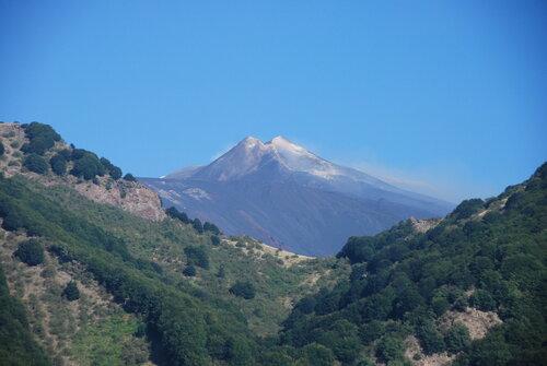 Сицилия славится пейзажным вулканом. Итак, речь идет об Этне