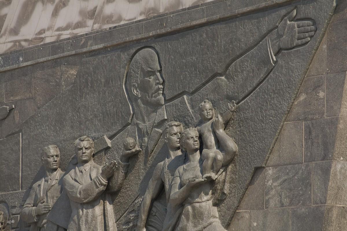 Барельеф на обелиске «Покорителям космоса»