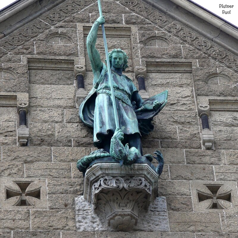 Архангел Михаил - украшает фасад выходящий на Рейн.