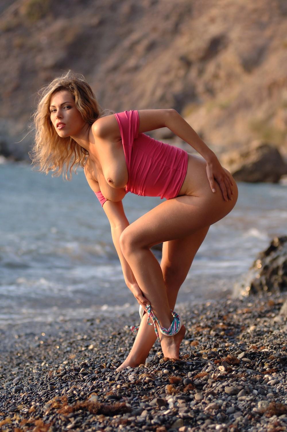 Malvina позирует на пляже