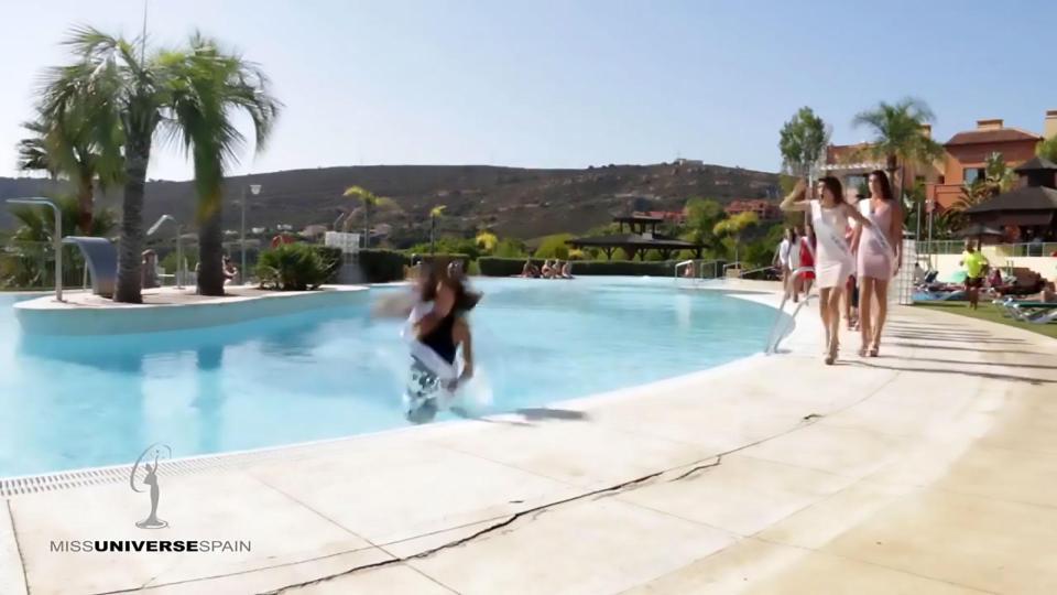 Неловкий момент: участница «Miss Universe Spain 2017» упала в бассейн