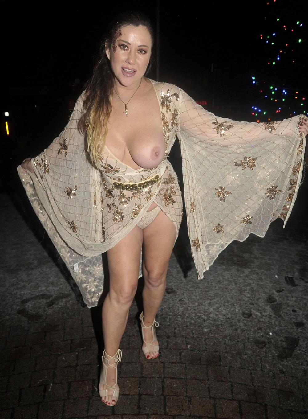 Лиза Эпплтон засветила грудь и трусы