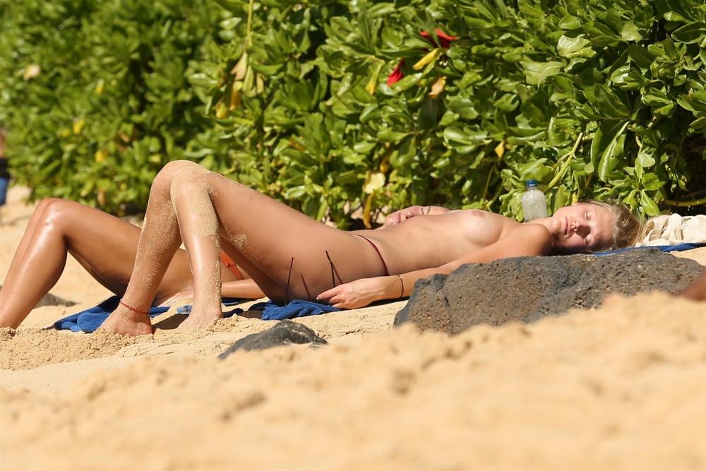 Тони Гаррн топлес на пляже