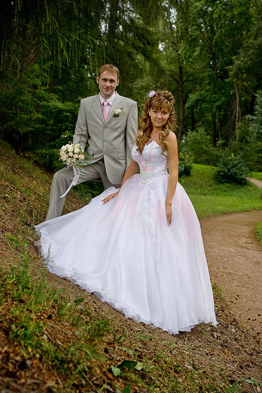 Свадебная фотосъемка осуществляется на цифровые фотокамеры.  После свадебной фотосъемки снимки подвергаются коррекции, ретуши. Свадебное фото отдается заказчику как в электронном, так и напечатанном виде.