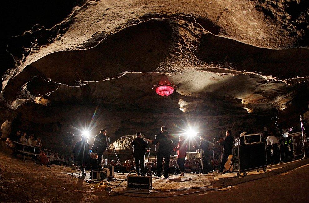 Табличка говорит посетителям, что они находятся на глубине 4 850 метров под землей, штат Южна
