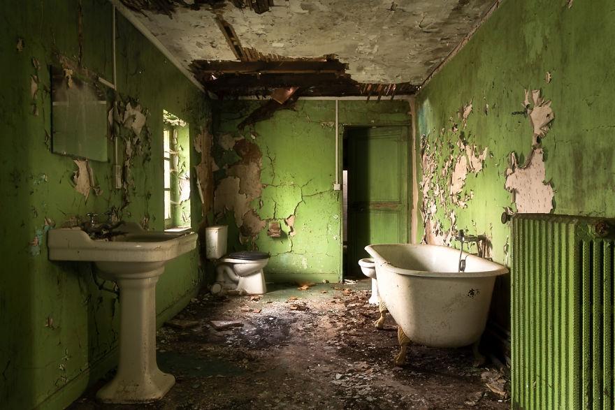 Заброшенная зеленая ванная комната.
