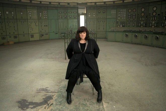 У Сьюзан скучная офисная работа в офисе ЦРУ. Она, конечно, молодец и отличная помощница местному