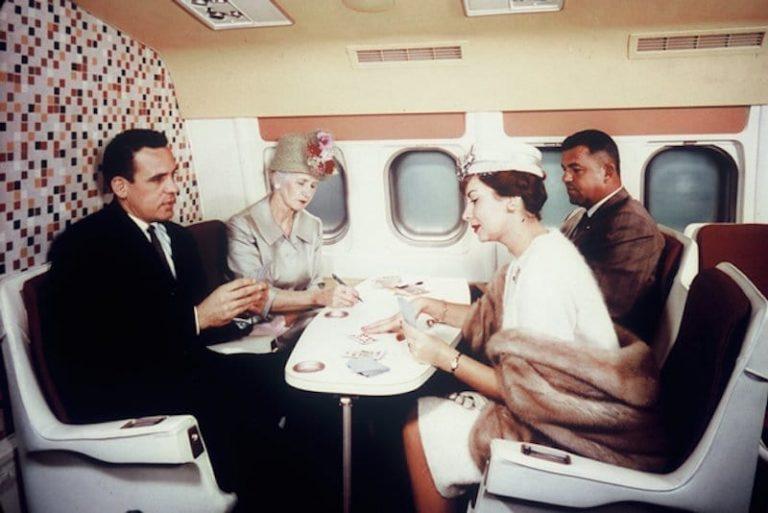 Если вы знакомы со своими попутчиками, такое местечко в самолете — то что надо