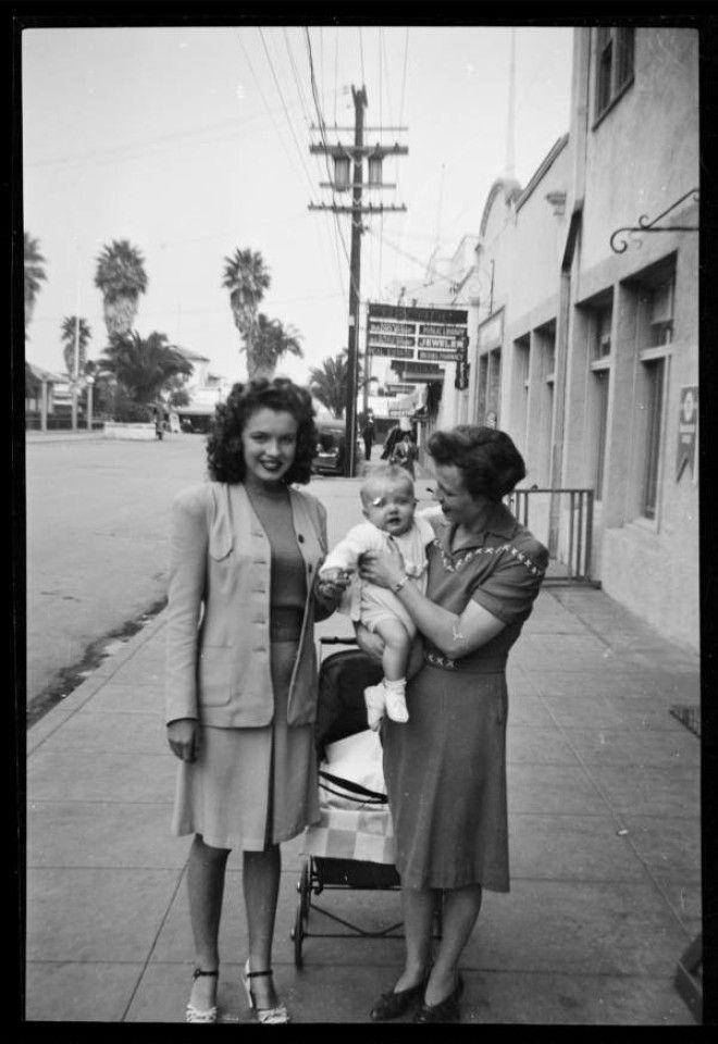 Калифорния, 1941 год.      Норма Джин Мортенсон в зоопарке, с птицей на руке.