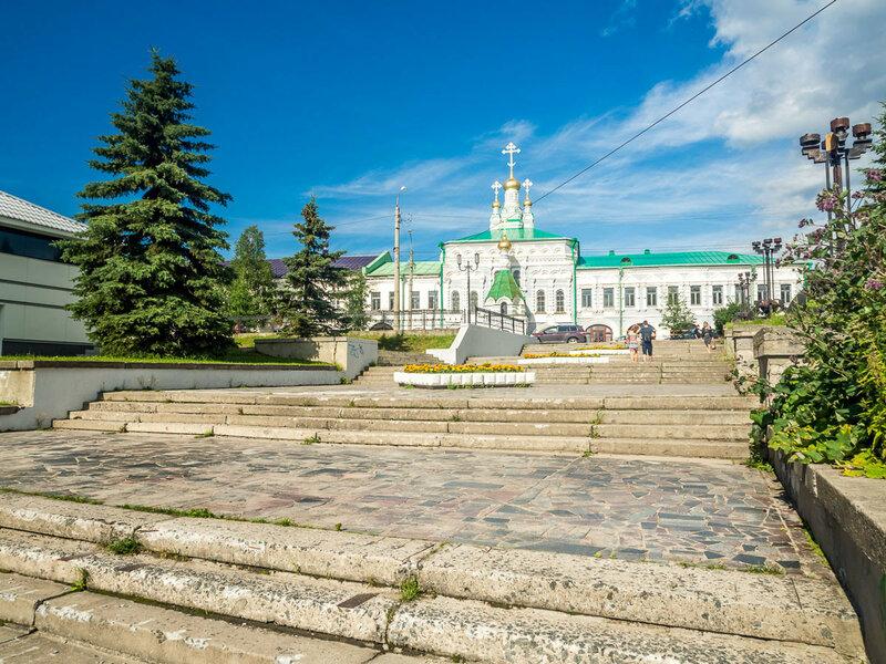 В Архангельске находится подворье Соловецкого монастыря. На заднем плане — храм преподобных Зосимы, Савватия и Германа Соловецких.