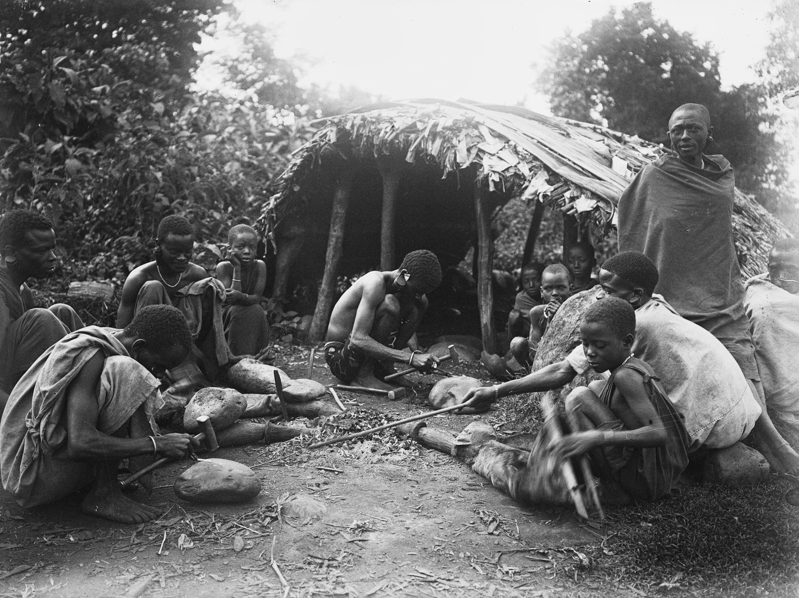 19. Селение народности вадшагга у подножия гор. Кузнец ха работой возле своей хижины