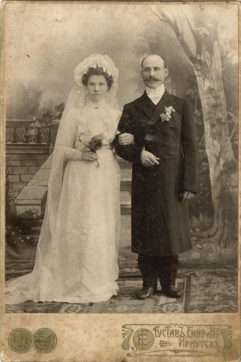 Молодая супружеская пара в свадебном наряде. 1911