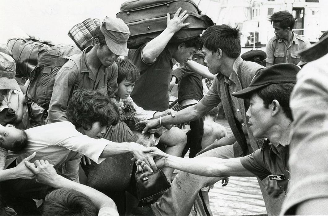 Беженцы, спасающиеся из Сайгона, высаживаются с баржи