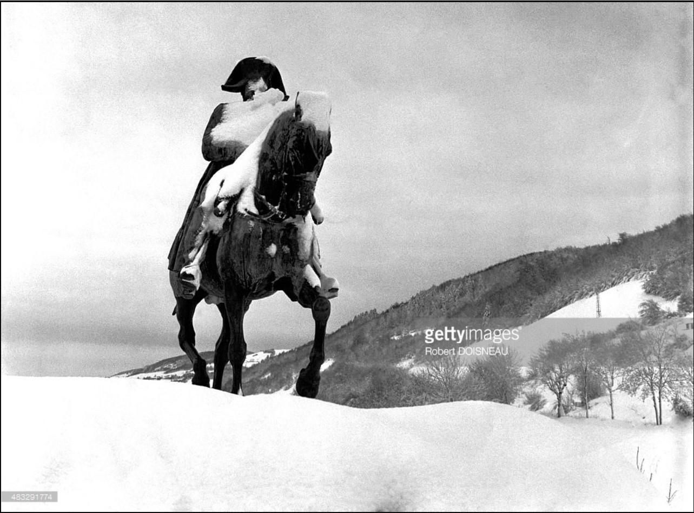 Статуя Наполеона под снегом в Лаффре, Изере
