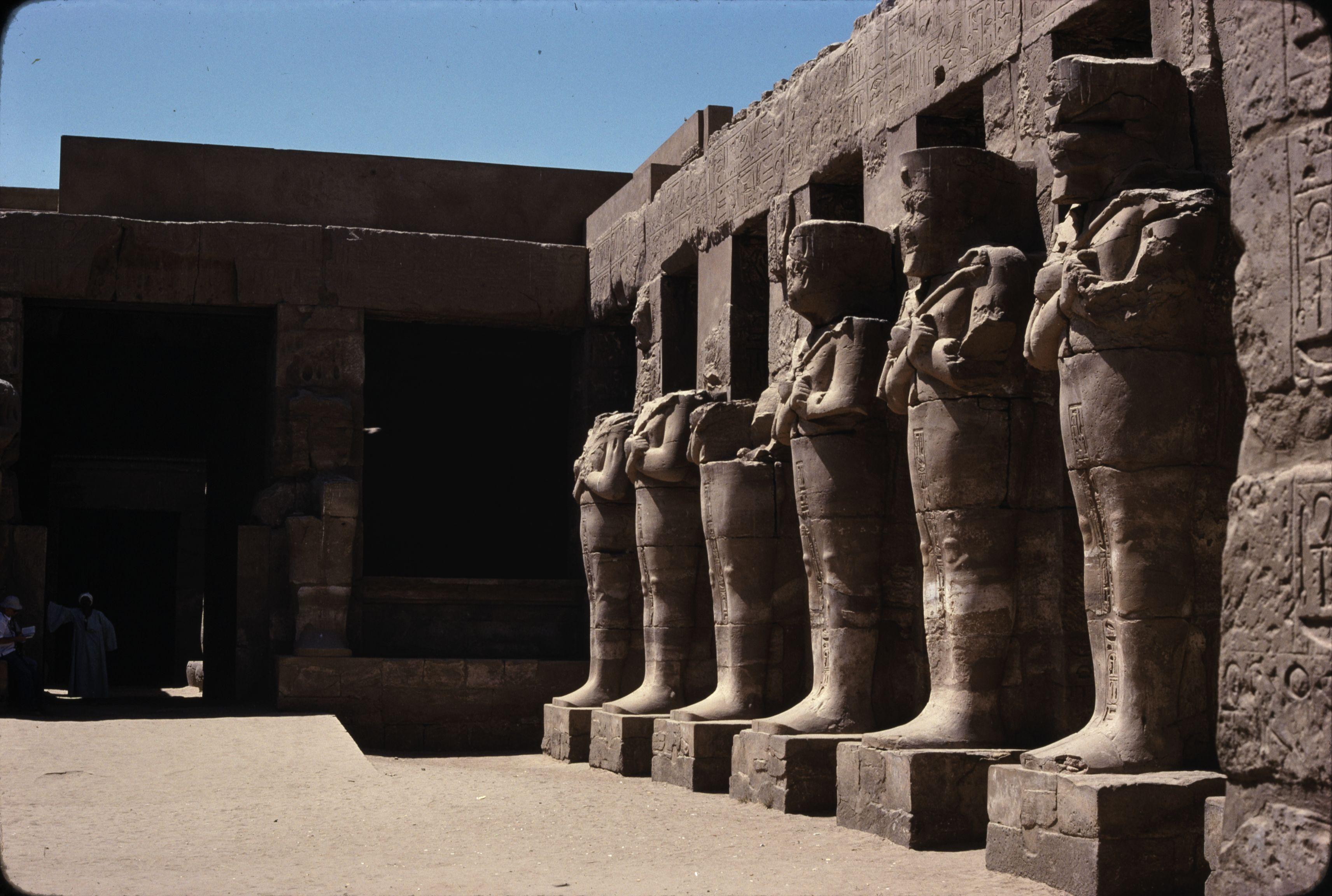 Храм Амона-Ра. Портик с осирическими статуями во дворе храма Рамсеса III (внутри храма Амона)