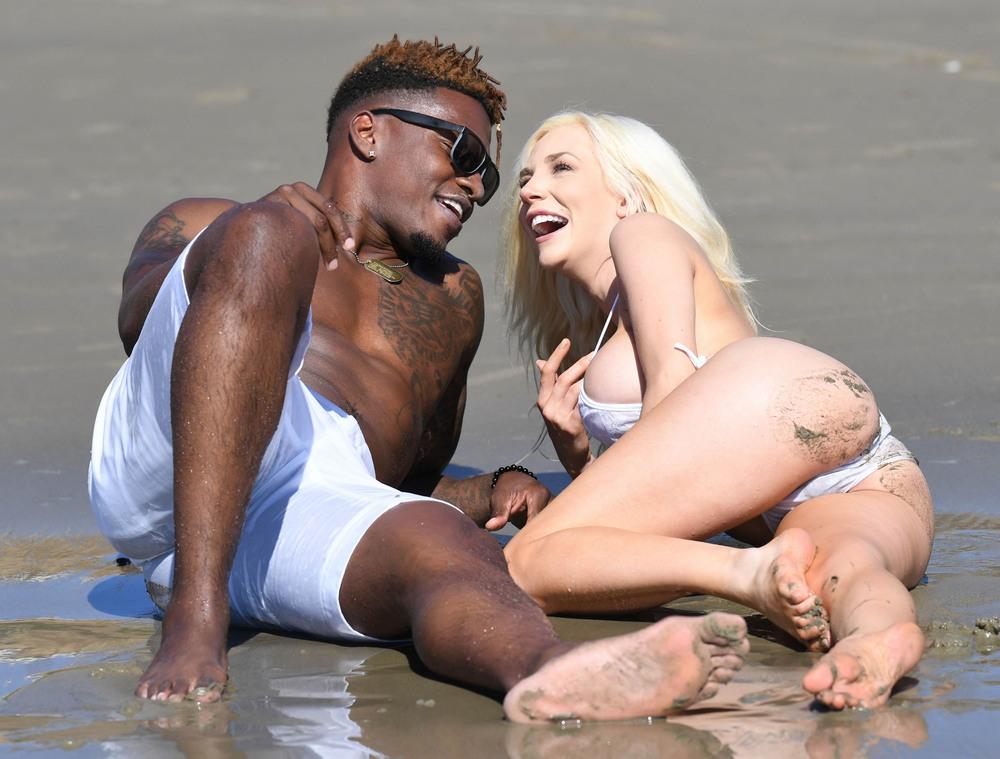 Кортни Стодден на пляже