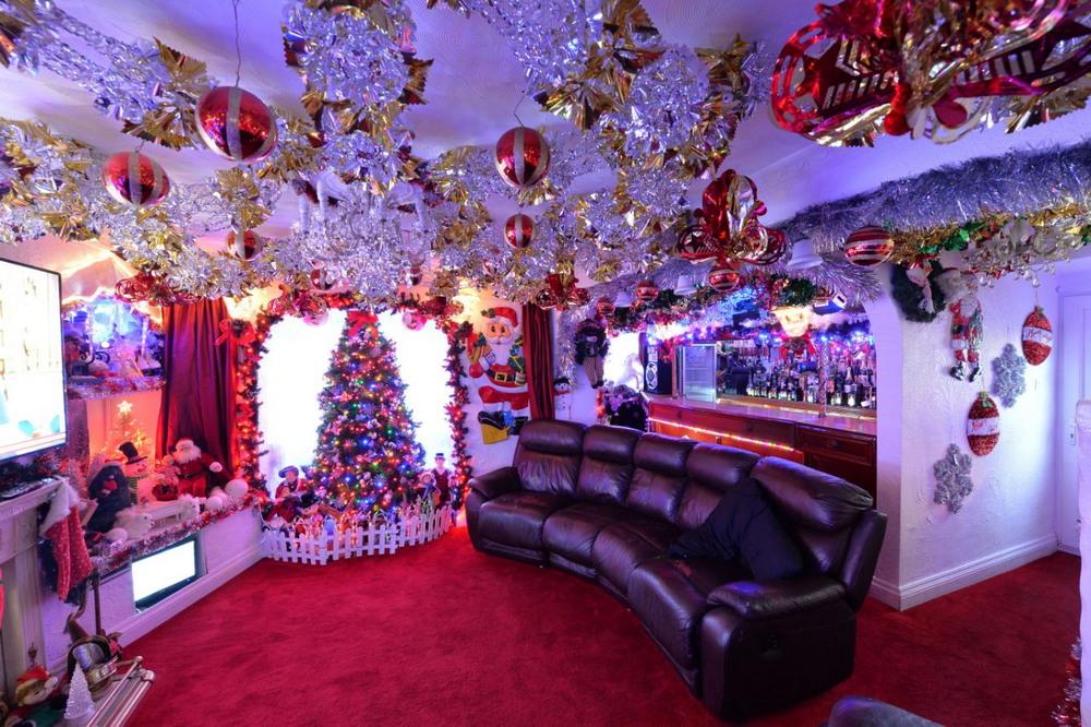 Пара пенсионеров уже украсила дом к Рождеству