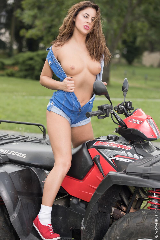 Nikki Waine позирует на квадроцикле
