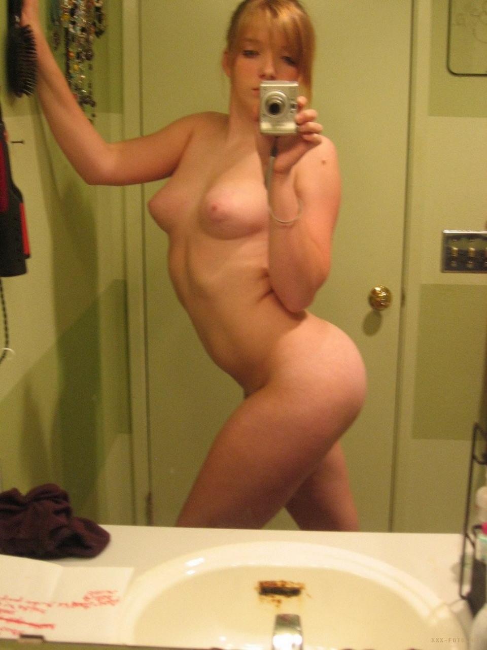 голые женщины фотографируют себя сами собой одну