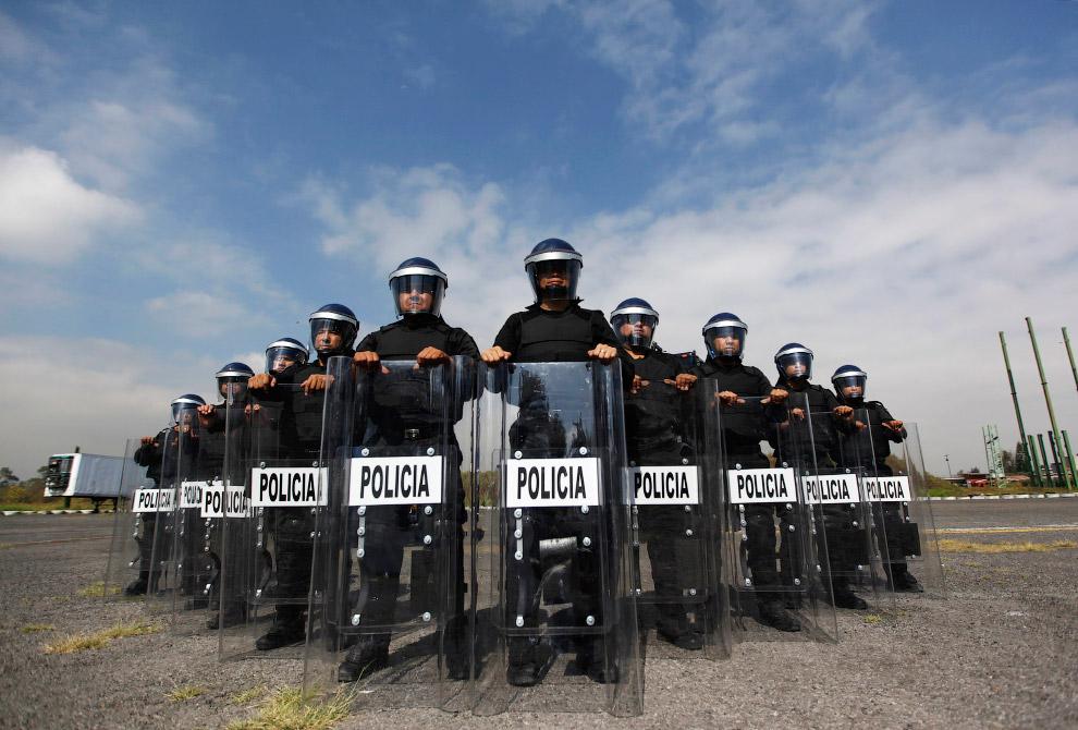 17. Суровые полицейские из Малайзии. Отряд по борьбе с беспорядками в городе. (Фото OLIVIA HARRIS):