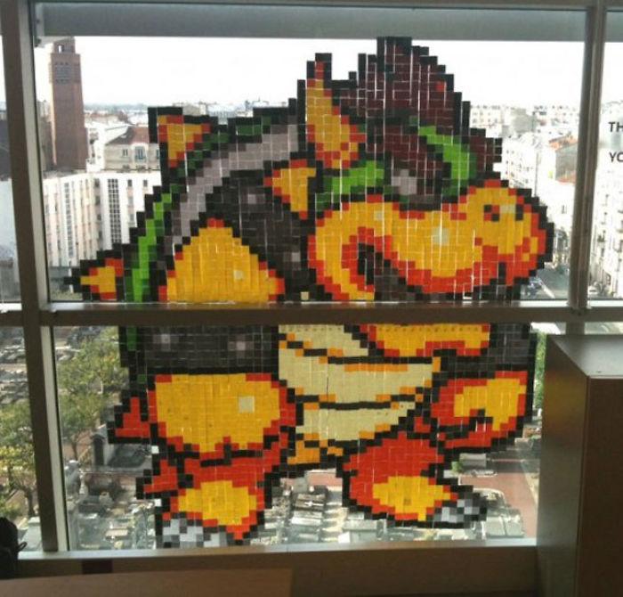 На создание персонажа видеоигры Боузера ушло много разноцветных стикеров и… оплачиваемого рабочего в