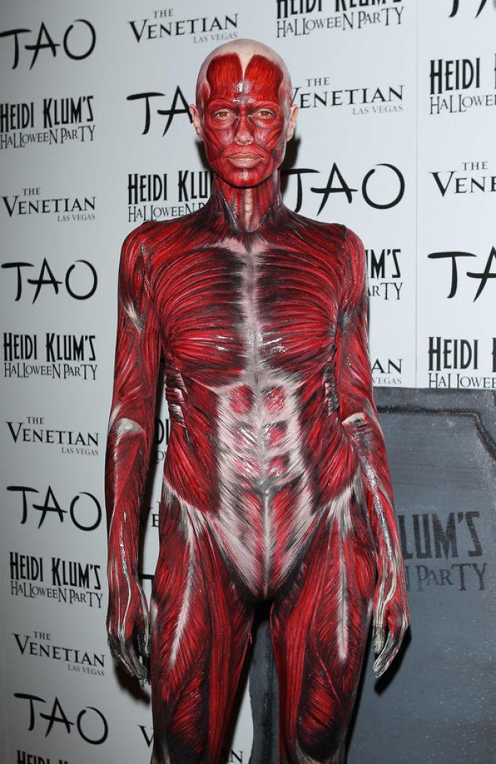 2011 год: анатомия    В тот год у модели было два костюма, первый из которых от