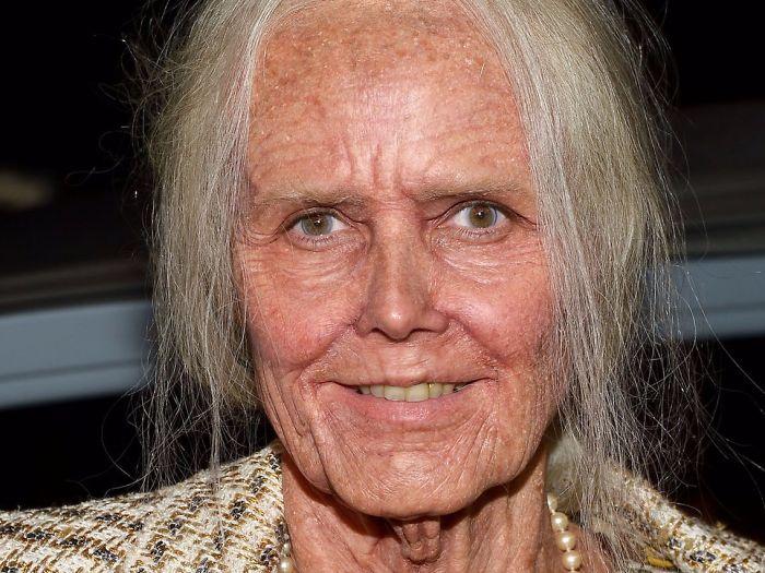 Седые волосы, желтые зубы, руки, покрытые старческими пятнами со следами артрита, выступающие вены и