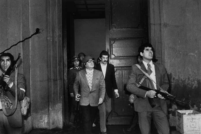 Сантьяго, Чили. Первый демократически избранный президент Чили Сальвадор Альенде в окружении охранни